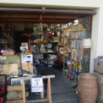 Ein Blick in die erste Garage des Umsonstladens. Die Regale sind voll gefüllt mit vielen verschiedenen Waren.